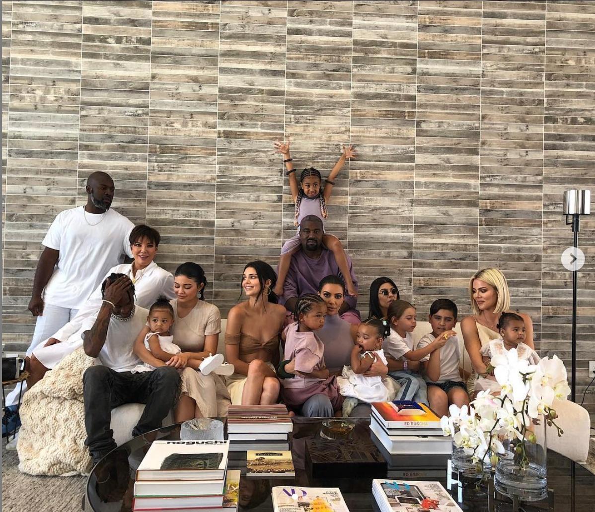 ③いつの間にかキッズがたくさん! カーダシアン/ジェンナー家の最新家族写真が公開