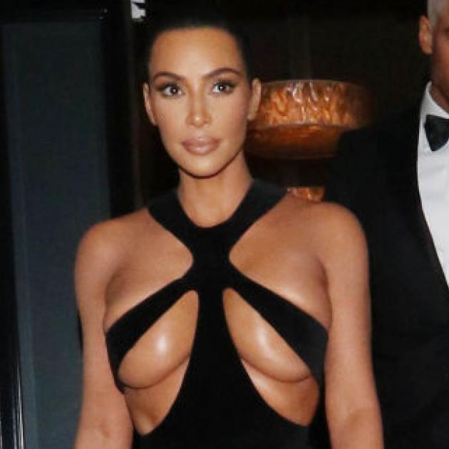 キム・カーダシアン、ポロリ寸前ドレスでセクシー度を更新! など、最新ニュース7選を発表
