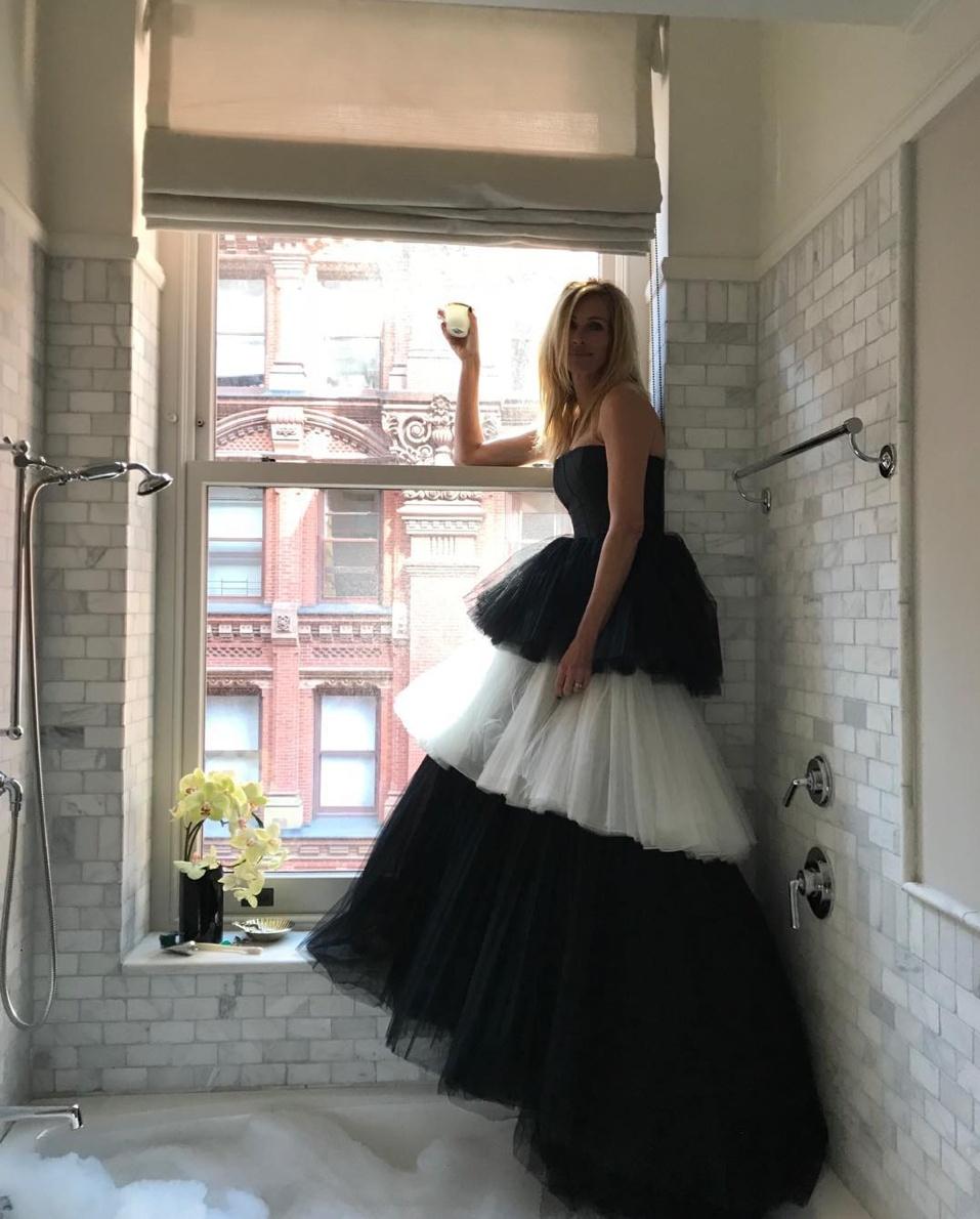 ドレスアップしてバスルームに立つジュリア。