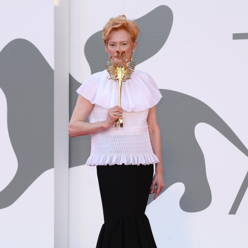 ベネチア国際映画祭が開幕! ティルダ・スウィントン、テイラー・ヒルがエレガントなマスクスタイルを披露