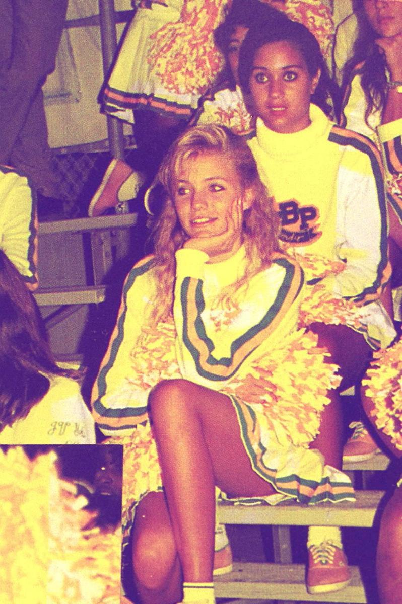 1988年、カリフォルニアのロングビーチ・ポリテクニク高校に通っていた当時の写真。学園の人気者、チアリーダーとして活躍していた少女からは、すでにただモノではないオーラが漂っている⁉︎ この後、本格的にモデルの仕事をするため高校を中退。21歳のとき、演技経験ゼロで映画『マスク』のオーディションに合格し、女優デビュー!