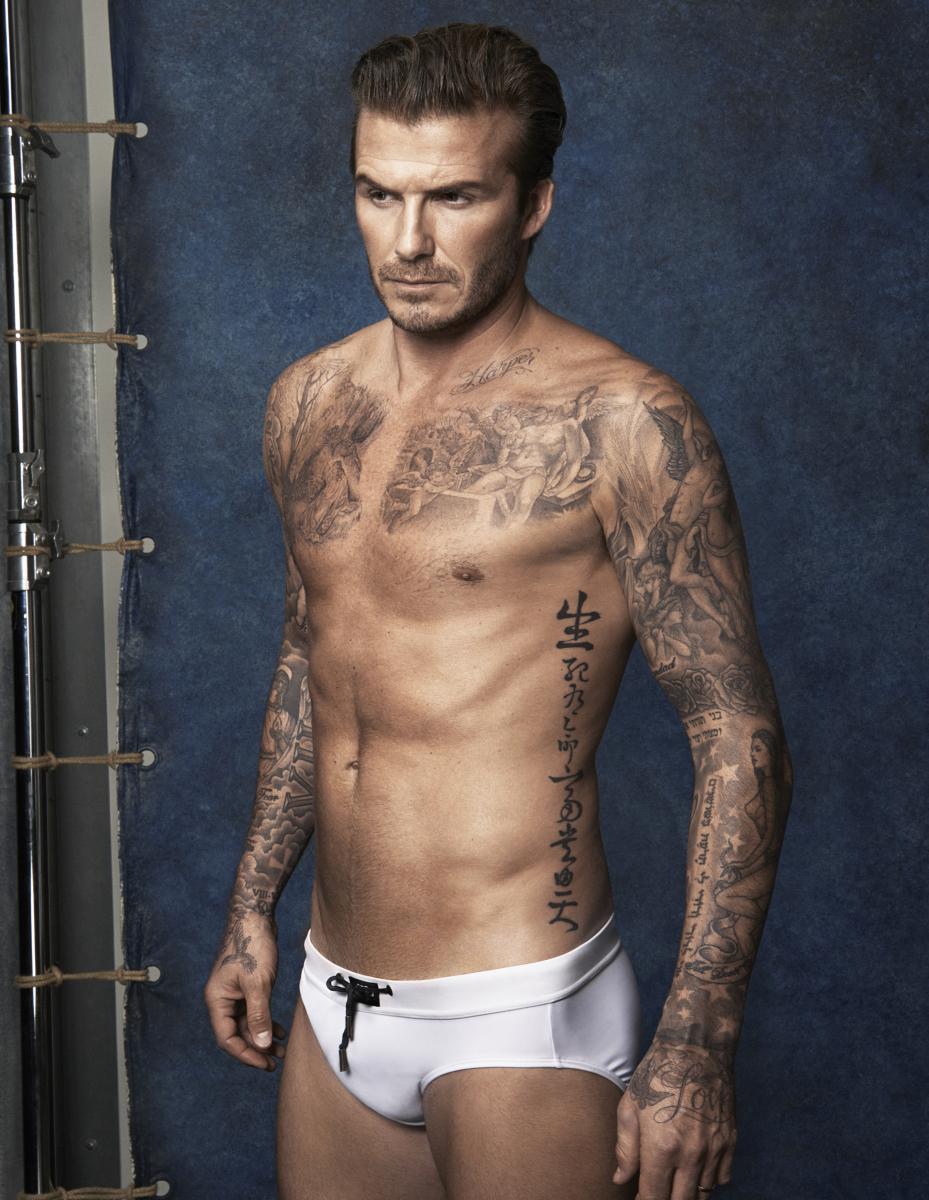 デヴィッド・ベッカム(45)は、「サッカー界の貴公子」と呼ばれた現役時代に、エンポリオ アルマーニやH&Mのキャンペーンでピチピチのパンツ姿を披露。H&Mは2014年のスーパーボウルで放映するためのCMを、デヴィッドが丸裸で登場するバージョン(#uncoverd)とパンツを着用しているバージョン(#covered)の2パターンを製作。どちらを流すかファン投票で決めるという夢の企画を行ったことも!