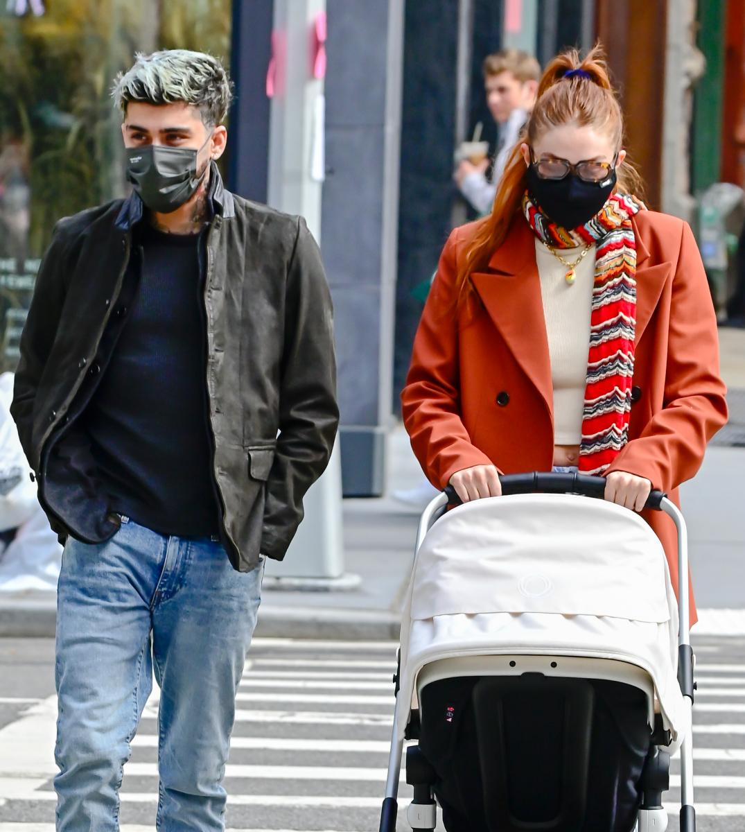 愛娘をベビーカーに乗せ、ジジとお散歩中のゼイン。Photo:Raymond Hall/GC Images