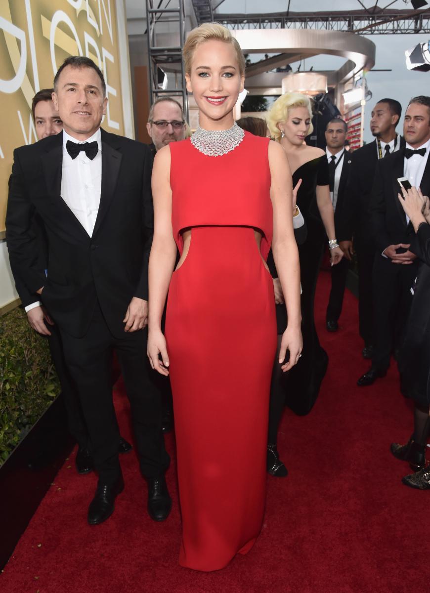 2016年、主演作『ジョイ』でゴールデングローブ賞ミュージカル/コメディ部門の主演女優賞を受賞。これでゴールデングローブ賞は3度目の受賞。レッドカーペットを歩く姿にも余裕が漂う? 真っ赤なドレスで、背後のレディー・ガガを凌駕するオーラを放った。