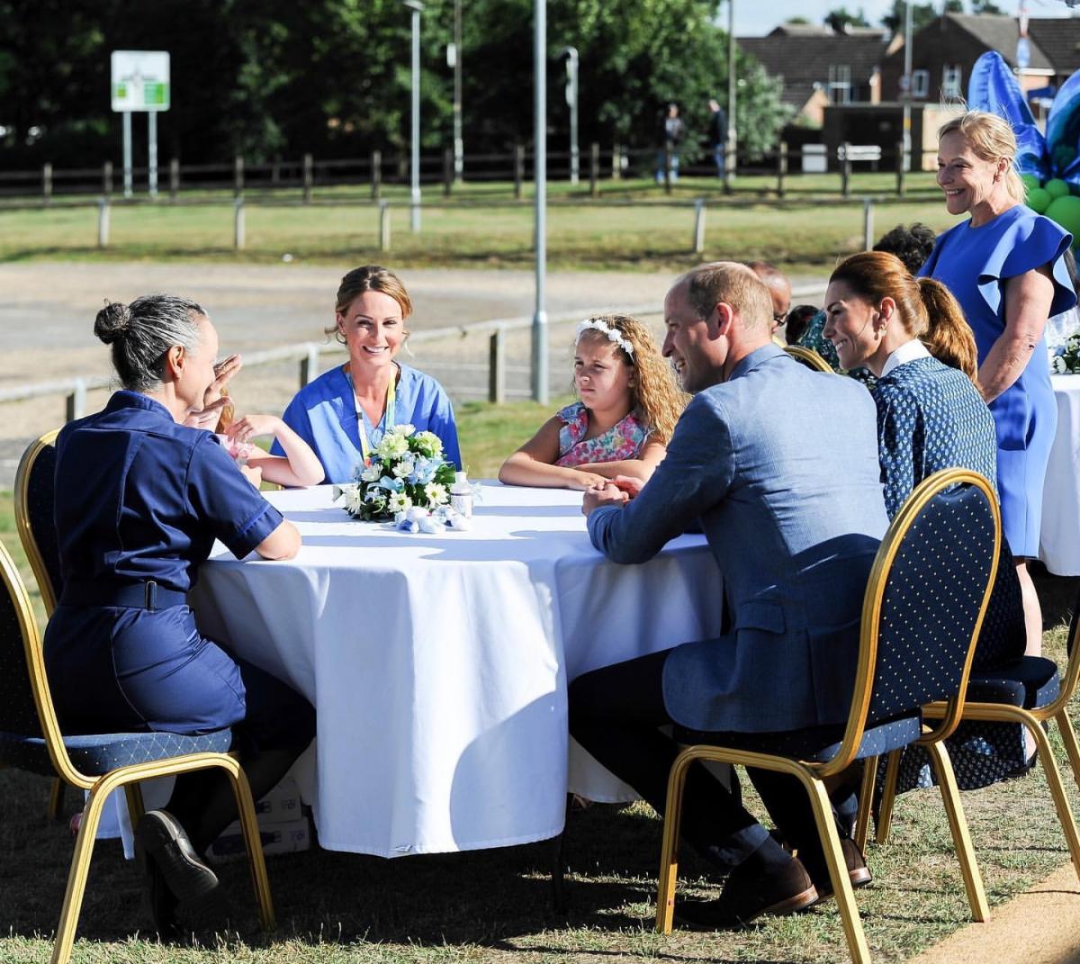 病院スタッフ、家族との会話を楽しむウィリアム王子夫妻。