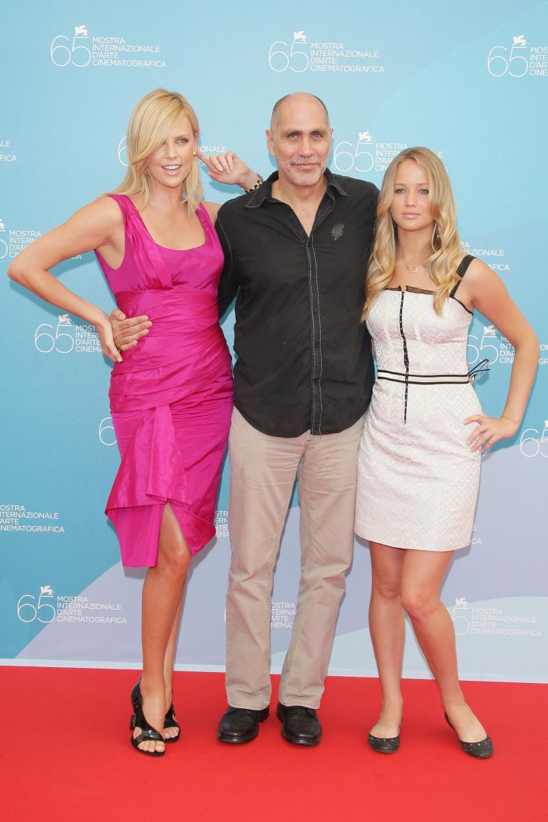 出演作『あの日、欲望の大地で』が2008年のベネチア国際映画祭に出品され、主演のシャーリーズ・セロン(43)、ギジェルモ・アリアガ監督(61)と参加。美人女優度満点のシャーリーズに対し、ジェニファーは監督の娘かと勘違いしそうな初々しさ。