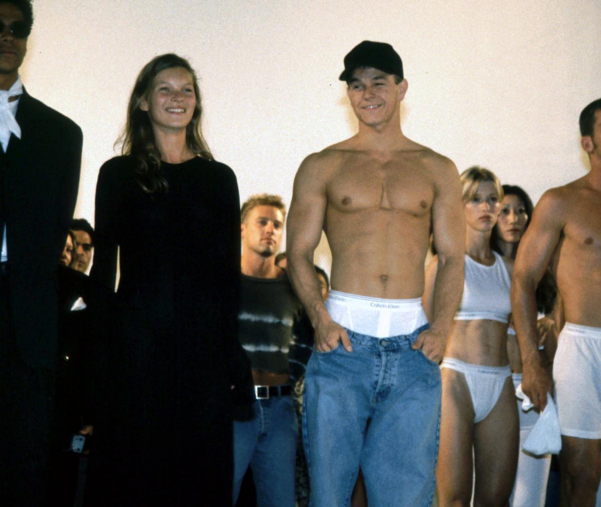 1992年9月に行われたカルバン クラインのショーには、同年のアンダーウェアの広告に起用され、大注目を集めたマーク・ウォールバーグとケイト・モスがランウェイに登場。広告とは異なり、ランウェイではデニムを腰ばきにしていたマークだが、あえてのチラ見せでセクシー度が倍増!? ちなみに、そのたくましい腕や厚い胸板は20年以上経った今も健在。それもそのはず、マークは朝2時半に起きて自宅のジムでトレーニングをし、夜は7時半に寝るというワークアウト中心の独特なスケジュールで暮らしているという。