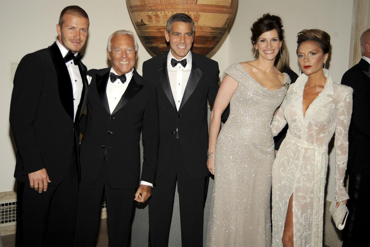 2008年の「METガラ」で、デヴィッド・ベッカム(45)、ジョルジオ・アルマーニ(85)、ジョージ、ヴィクトリア・ベッカム(46)とポーズ。ヴィクトリアの別人っぷりにも注目。Photo:BILLY FARRELL/Patrick McMullan via Getty Images