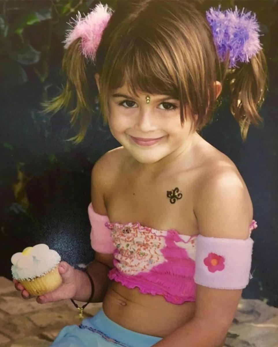 元祖スーパーモデルのシンディ・クロフォード(54)と実業家で元モデルのランディ・ガーバー(58)を両親に持ち、美形セレブキッズとして知られていた彼女。この写真が撮影された日時は不明ながら、5〜6歳? しっかりカメラを見つめながらの笑顔は未来のスーパーモデルの素質十分!