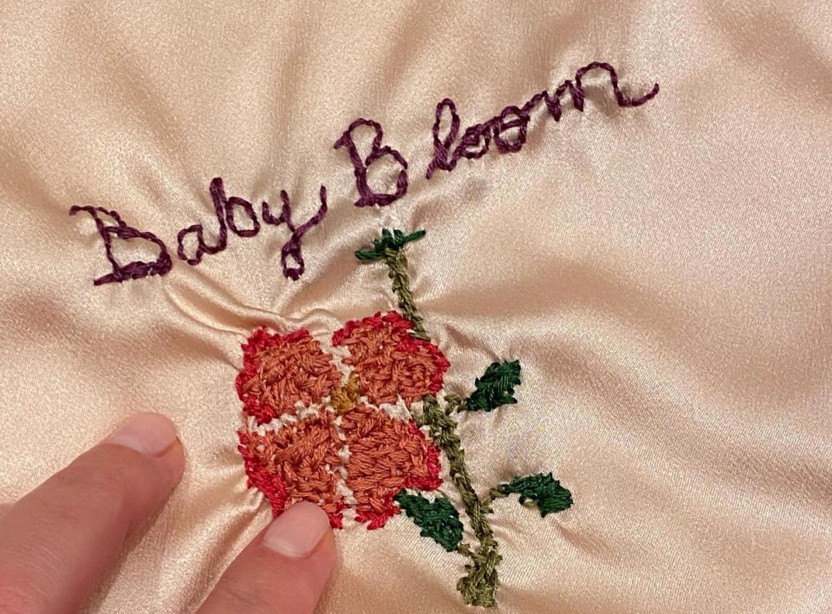 Baby Bloomという刺繍はテイラー自身によるもの。Photo:Instagram(katyperry)