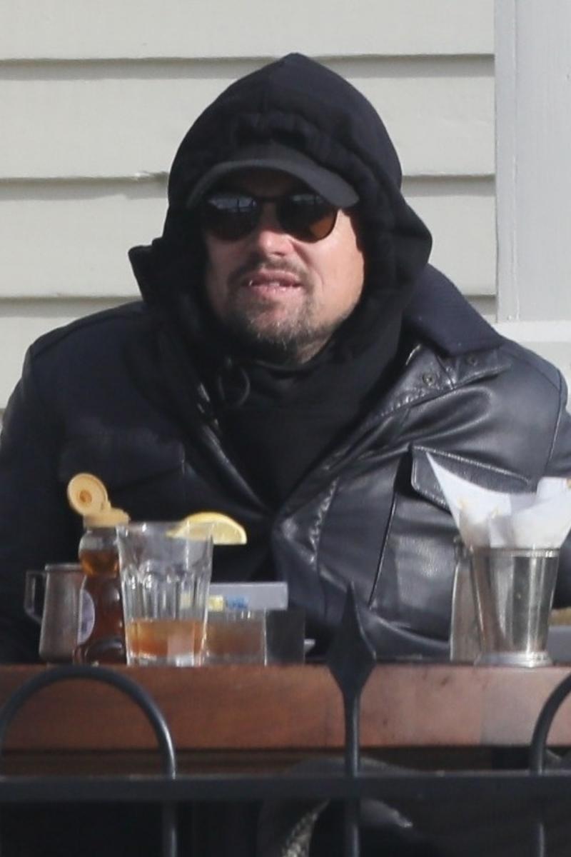 とても寒そう! かなり着ぶくれしているレオ。Photo:Backgrid/アフロ