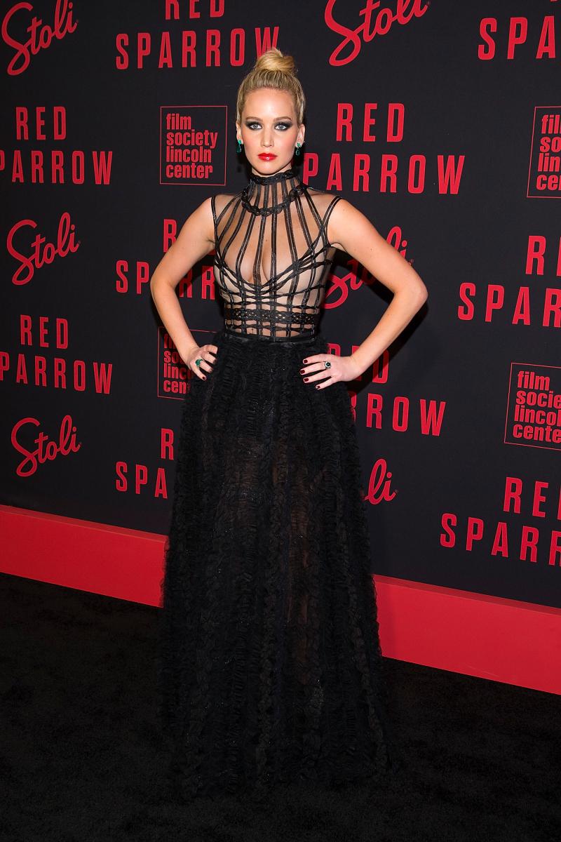 昨年公開された映画『レッド・スパロー』では、ハニートラップを駆使する妖艶な女スパイを熱演。NYプレミアには、映画にぴったりな超絶セクシーなドレスで登場し、人々の目を釘付けに!