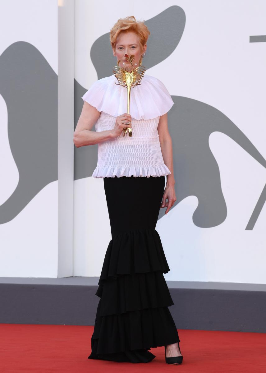 マスクもゴージャスなティルダ・スウィントン。Photo:REX/アフロ