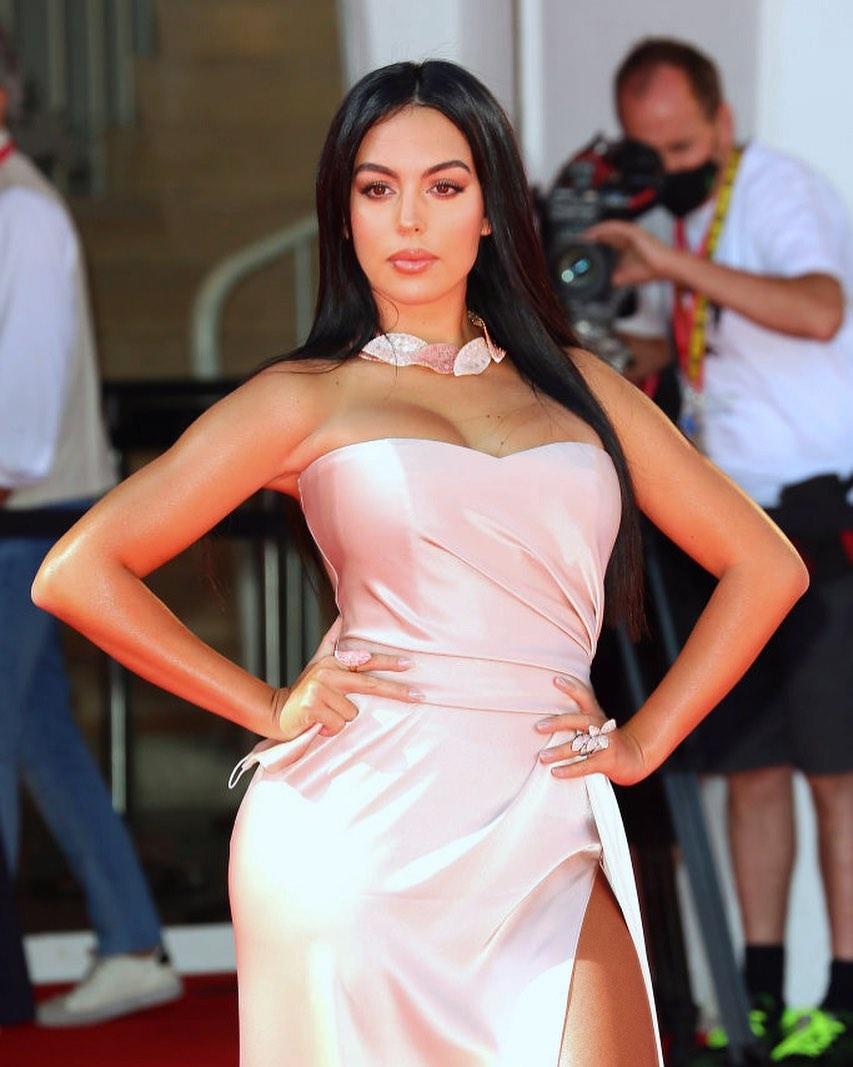 今、メキメキ頭角を現している美くびれセレブのひとりが、サッカー界のスーパースター、クリスティアーノ・ロナウド(35)のパートナーであるジョルジーナ・ロドリゲス(26)。ストイックなクリスティアーノの影響からか、お尻の筋肉を鍛えるトレーニングをせっせと実践中のジョルジーナ。その甲斐あって、今年のベネチア国際映画祭にも登場するなど、目下モデルとして売り出し中。