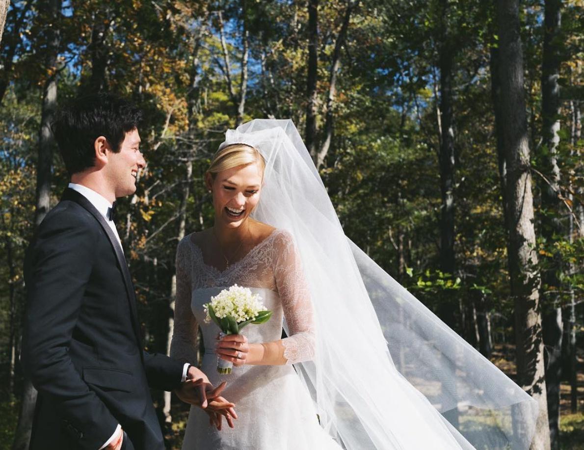 カーリー・クロス(26)は10月18日に、ジョシュア・クシュナー(33)と結婚! ジョシュアはイヴァンカ・トランプ(37)の義理の弟にあたるため、トランプ家とも親戚になったカーリー。これまでは民主党支持を打ち出していたけど、今後はどうなる?