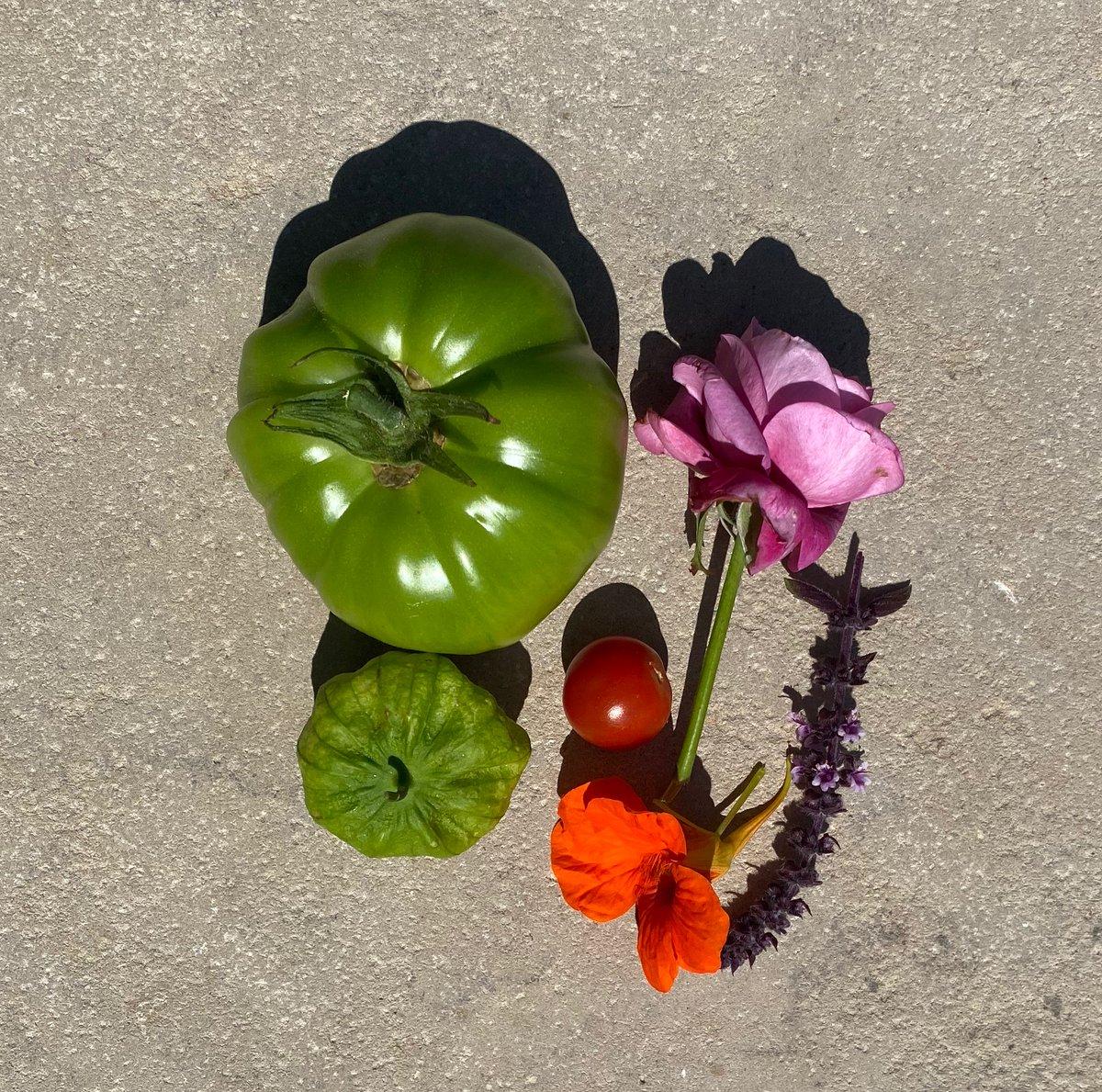 カニエ・ウェスト→キム・カーダシアン:花と野菜のオブジェ