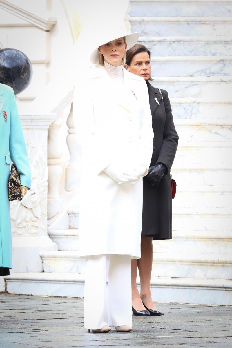 シャルレーヌ公妃とその後ろにステファニー王女。Photo:Crystal Pictures/アフロ