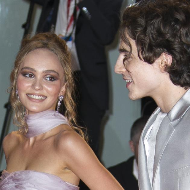 リリー=ローズ・デップ&ティモシー・シャラメ、レッドカーペットで視線を独占! 話題のカップルがそろってヴェネチア国際映画祭へ