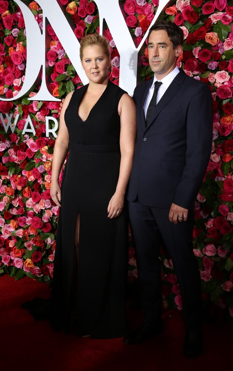 大人気コメディエンヌのエイミー・シューマー(37)は、2月16日に交際約3カ月のシェフ、クリス・フィッシャー(38)と挙式したことを発表した。ただし、クリスはエイミーの広報担当の元恋人というかなり微妙な間柄。その後、エイミーは広報担当と袂を分かった。