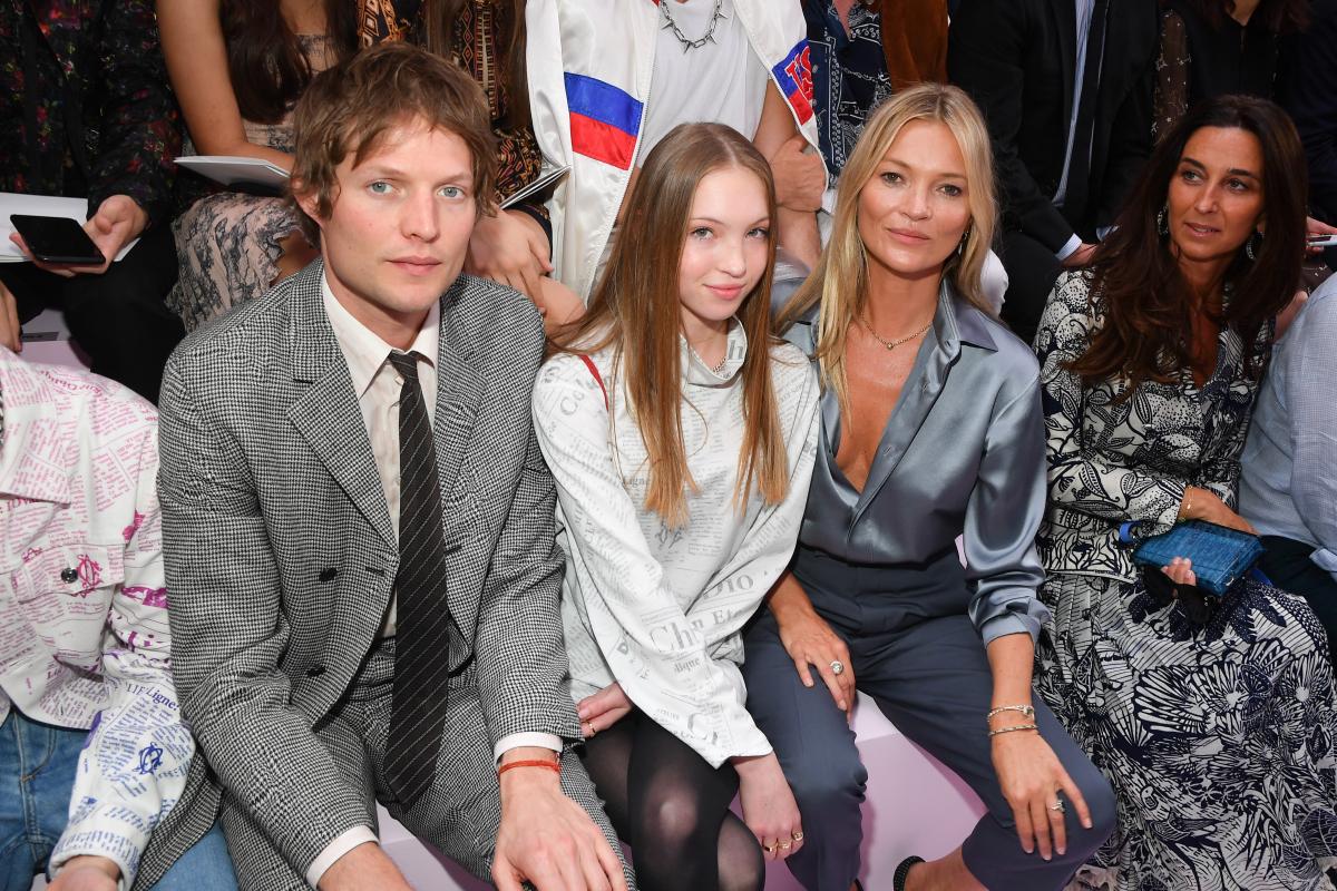 ファッションショーでフロントロウに座ったニコライ、ライラ、ケイト。Photo: Stephane Cardinale - Corbis/Corbis via Getty Images