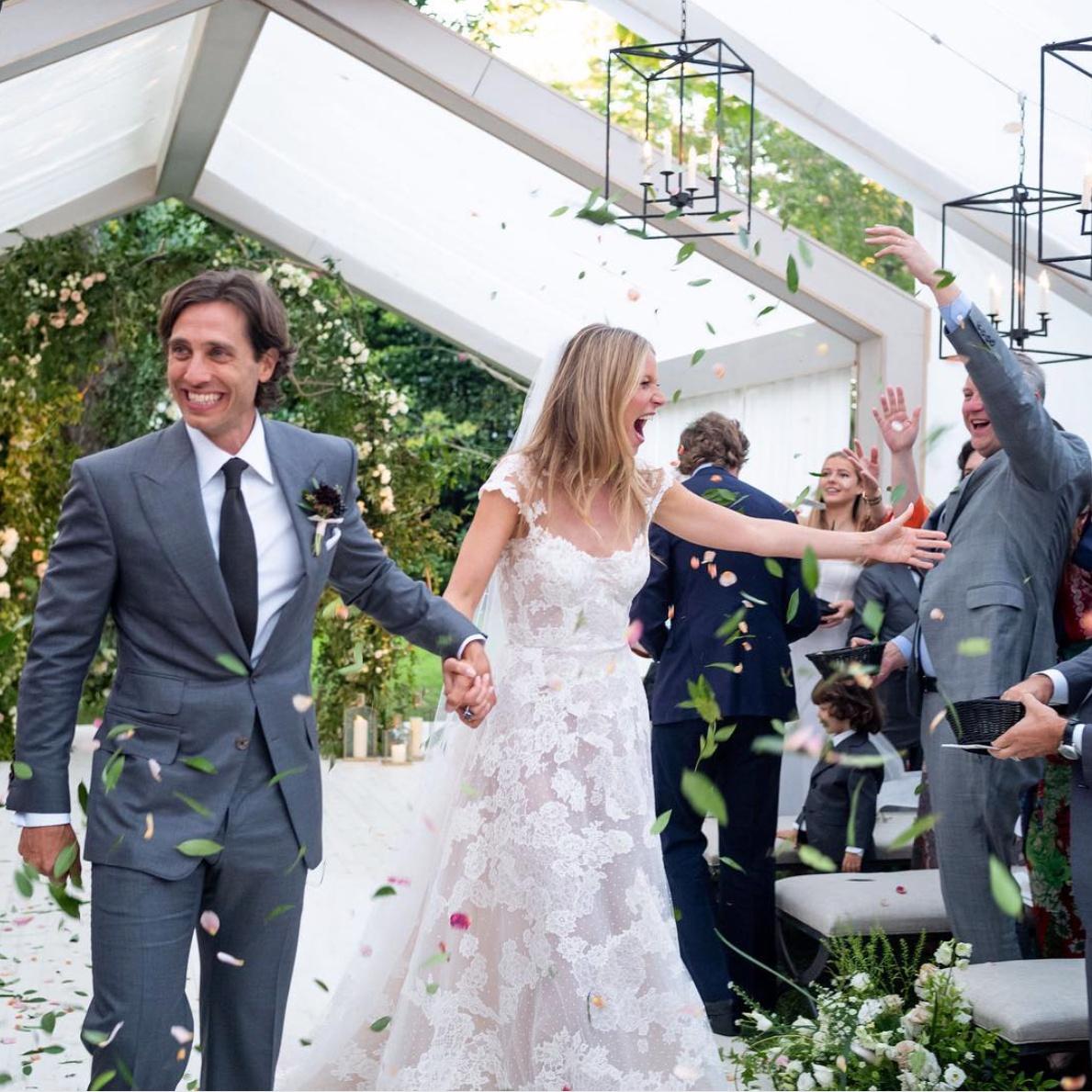 9月27日、グウィネス・パルトロウ(46)がブラッド・ファルチャック(47)とハンプトンの自宅で結婚式を挙げた。実は、前夫クリス・マーティン(41)とは駆け落ち同然で挙式しなかったグウィネス。だから初めての結婚準備はウキウキで「21歳の気分」だったそう!