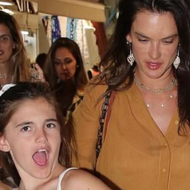 10歳にして元ヴィクシーエンジェルの母を圧倒! アレッサンドラ・アンブロジオの娘、パパラッチを前に堂々ポージング