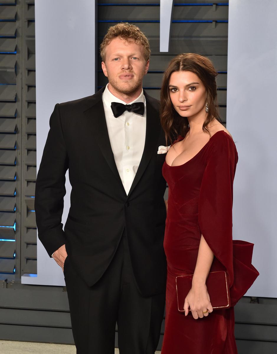"""""""神ボディ""""の持ち主エミリー・ラタコウスキー(27)は、映画プロデューサーのセバスチャン・ベア=マクラード(31)と、2月23日に交際数週間でスピード婚! ただ、急すぎて婚約指輪が間に合わなかった!? 7月になって、ようやくゴージャスなリングをファンに自慢。"""