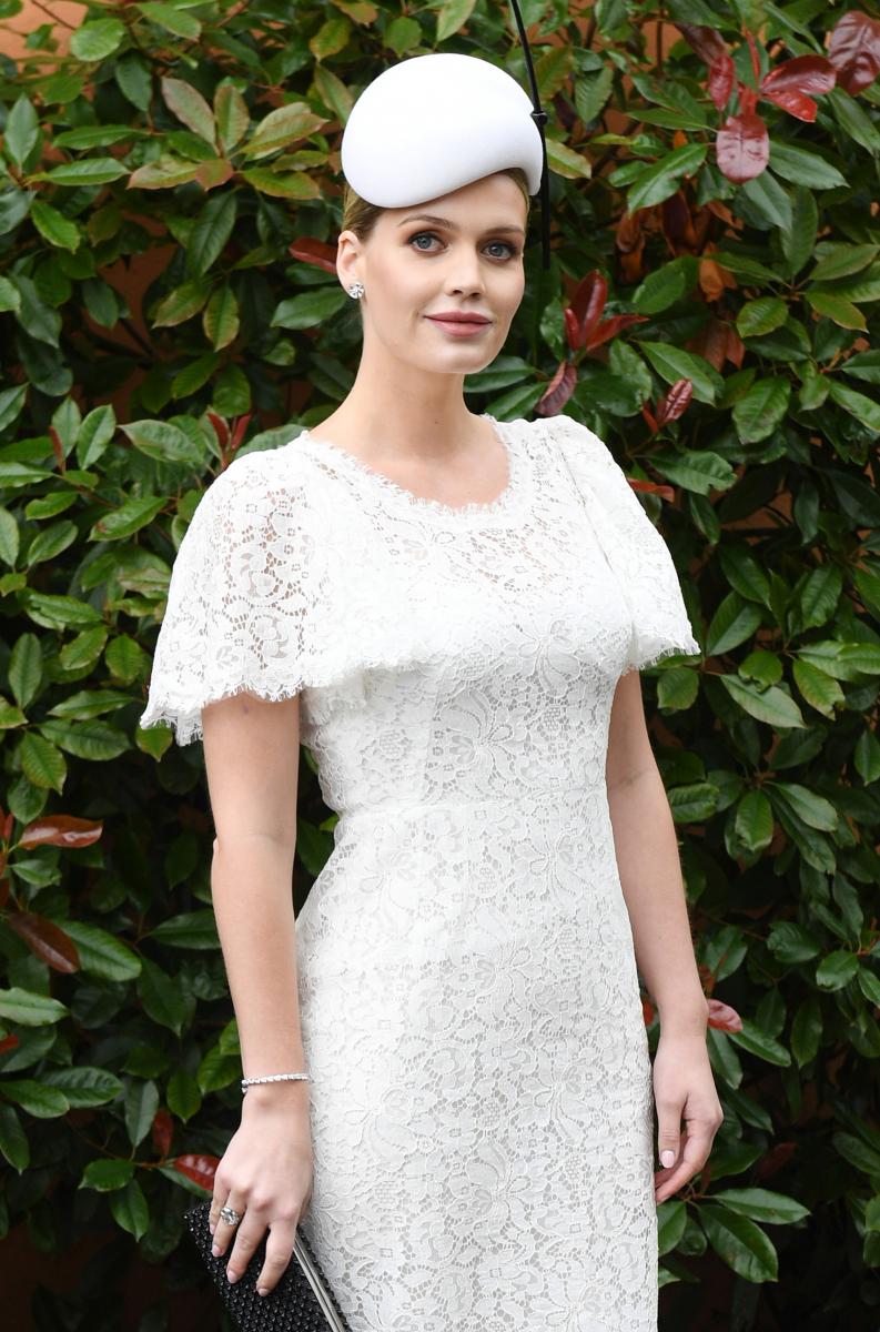 ドルチェ&ガッバーナの2018春夏コレクションのキャンペーンやランウェイショーに登場するなど、モデルとして活躍しているキティ・スペンサー(29)。今年1月に以前から交際していた大富豪のアパレルブランドオーナー、マイケル・ルイス(60)との婚約を発表。32歳という年の差に驚きの声が広がった。