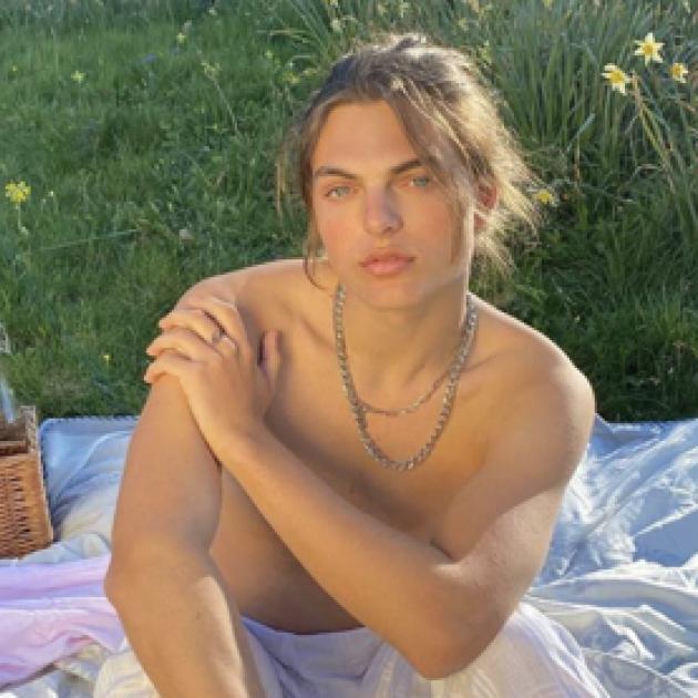 2世セレブ界で一線を画す麗しさ! エリザベス・ハーレイの息子ダミアン、神々しい美ショットでファンを魅了 - セレブニュース | SPUR