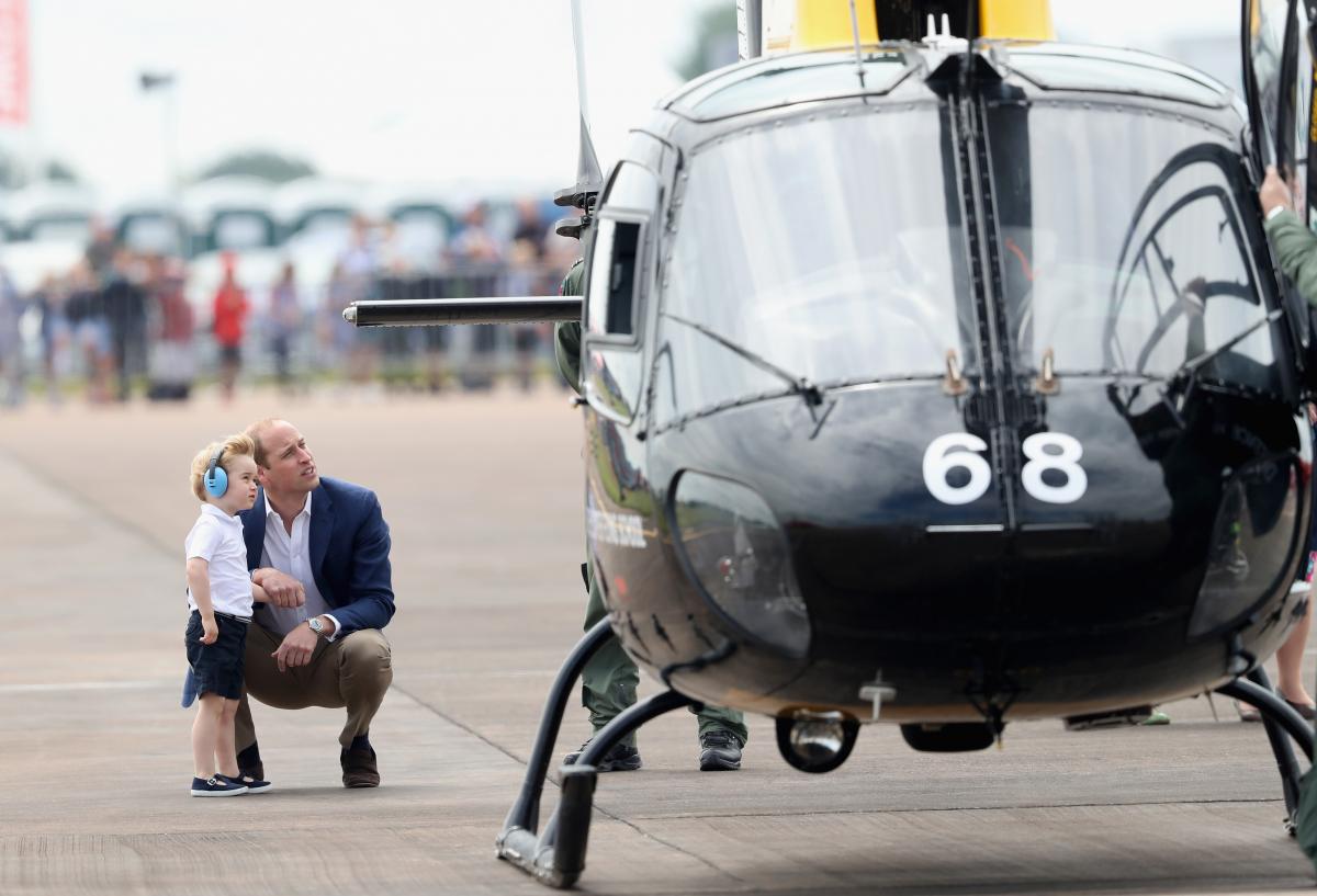ヘリコプターを興味深そうに眺めるウィリアム王子とジョージ王子。Photo:Chris Jackson/Getty Images