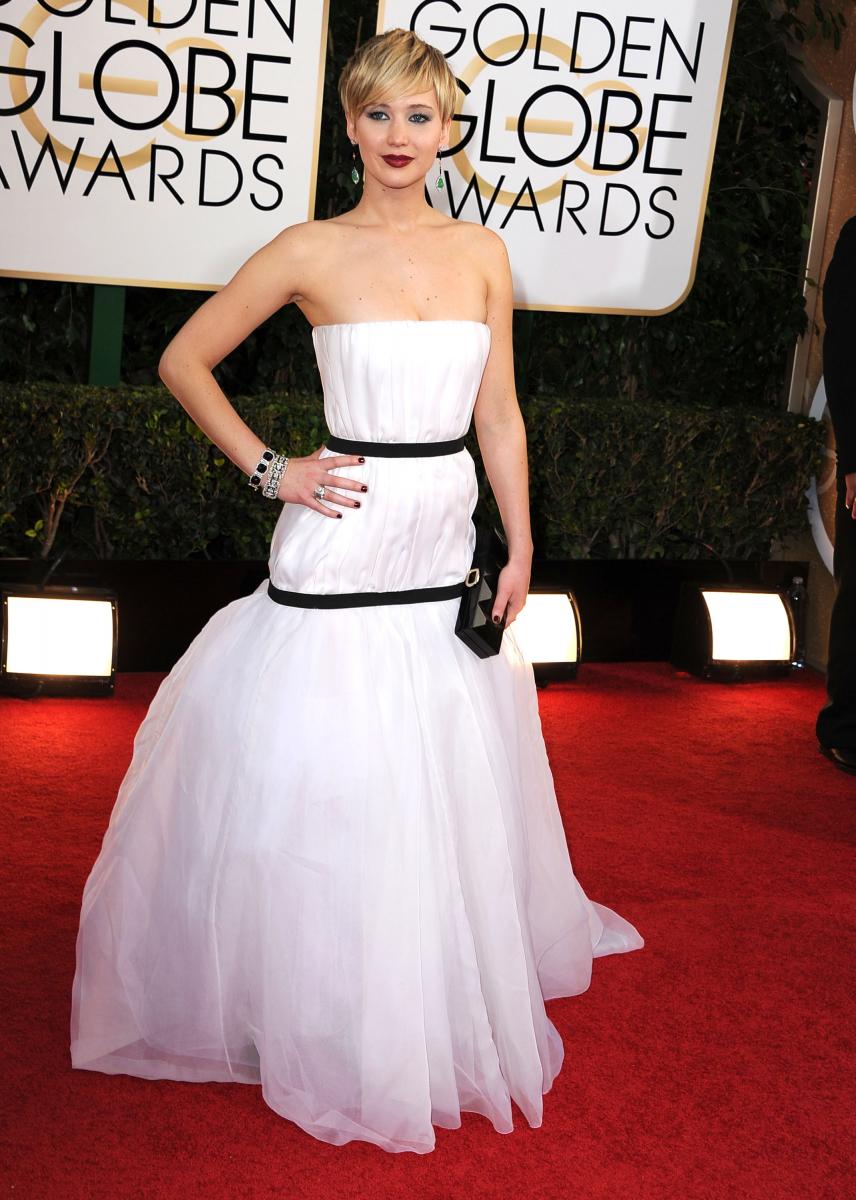 ゴールデングローブ賞では、出演作『アメリカン・ハッスル』で助演女優賞を受賞。ホワイトのドレスをまとったジェニファーはまるで妖精のよう! ピクシーカットの効果もあり、モードなスタイリングもお手の物に。