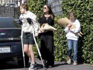 父ブラッドも手術に付き添い。アンジーの娘シャイロ、松葉杖で歩く姿がキャッチされる