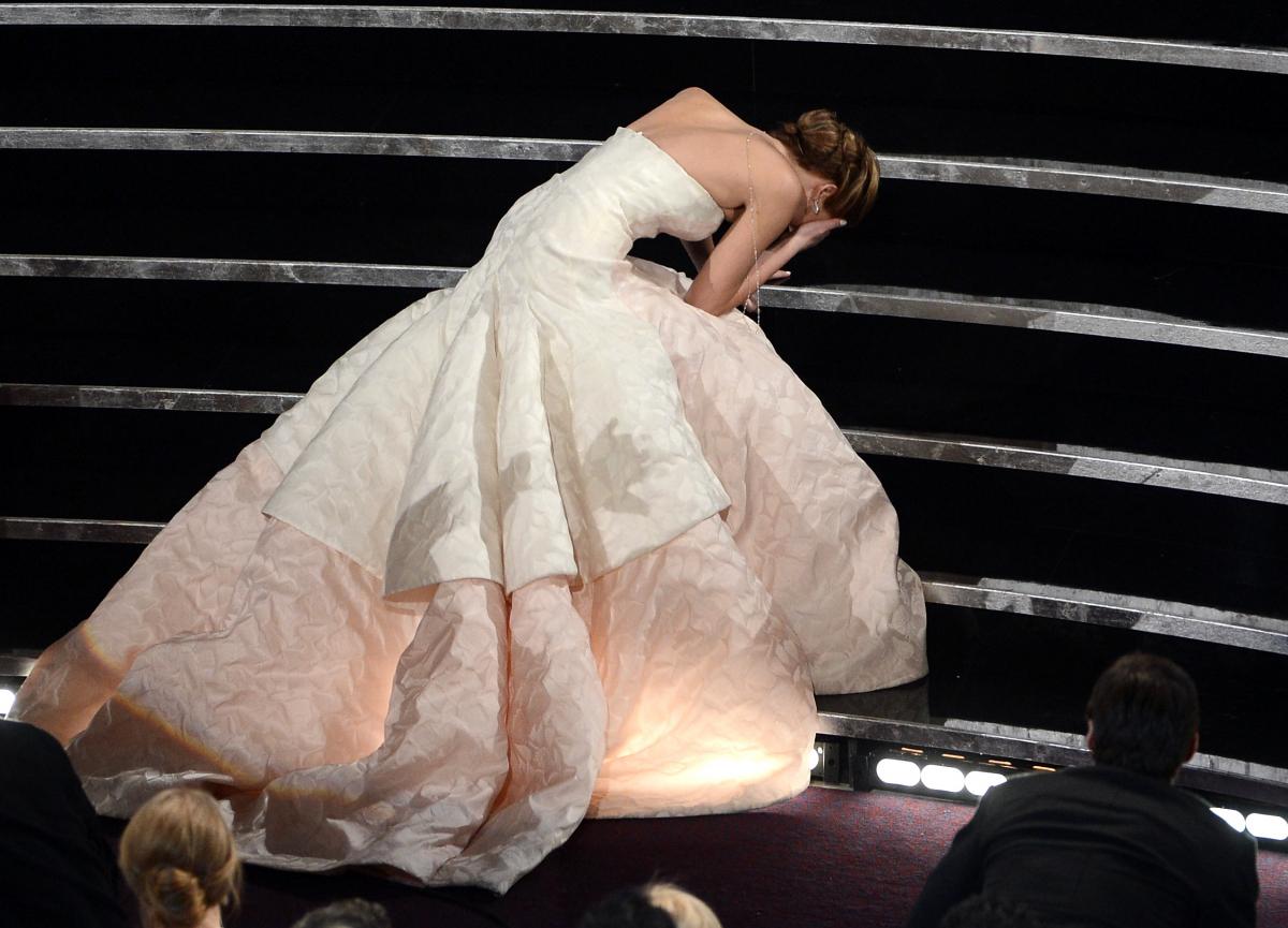 『世界にひとつのプレイブック』でアカデミー賞の主演女優賞を受賞! ところがステージに上がる際、ドレスの裾を踏んでコケるハプニングが発生。この後ろ姿がエレガントだと評判になり、今も語り継がれる名シーンのひとつに。