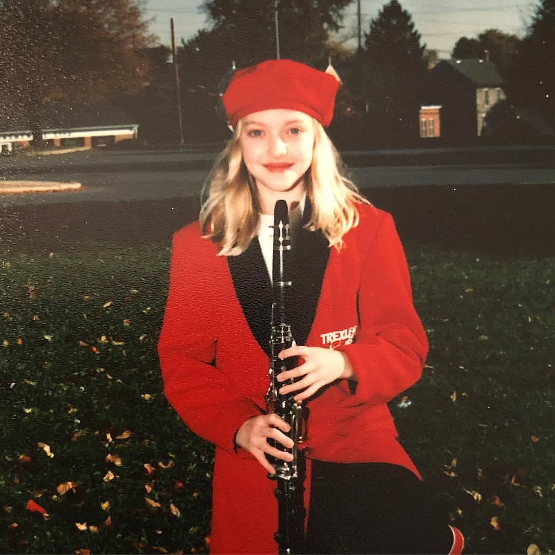 赤い帽子と衣装が似合うこちらの少女は、11歳でモデルデビューし、昼ドラなどに出演。子どもの頃から透けるような白い肌とこぼれそうな大きな瞳の美少女だったが、学校では「青白い」「醜い」などとからかわれていたと語っている。