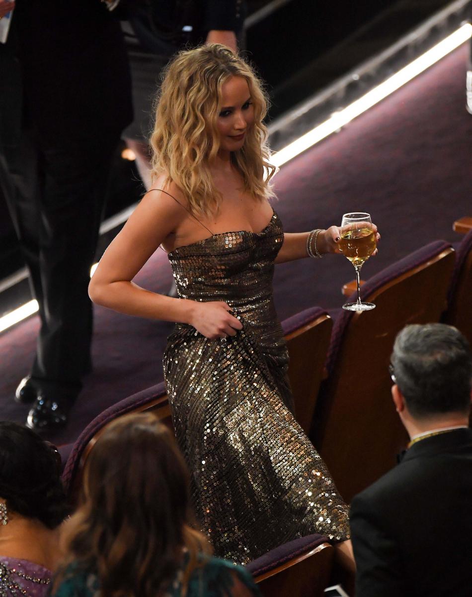 2018年のアカデミー賞授賞式ではジョディ・フォスター(56)と主演女優賞のプレゼンターを務めたジェニファー。それ以外の時間は完全にパーティーモード!? ワイン片手にドレスをたくし上げ、座席をまたぐ姿が目撃されるなど、自由奔放ぶりが話題に。