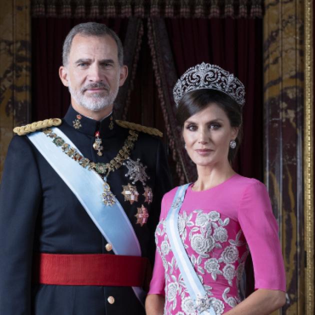 レティシア妃の美しさに視線が集中! スペイン国王一家の最新ポートレートが公開される - セレブニュース | SPUR
