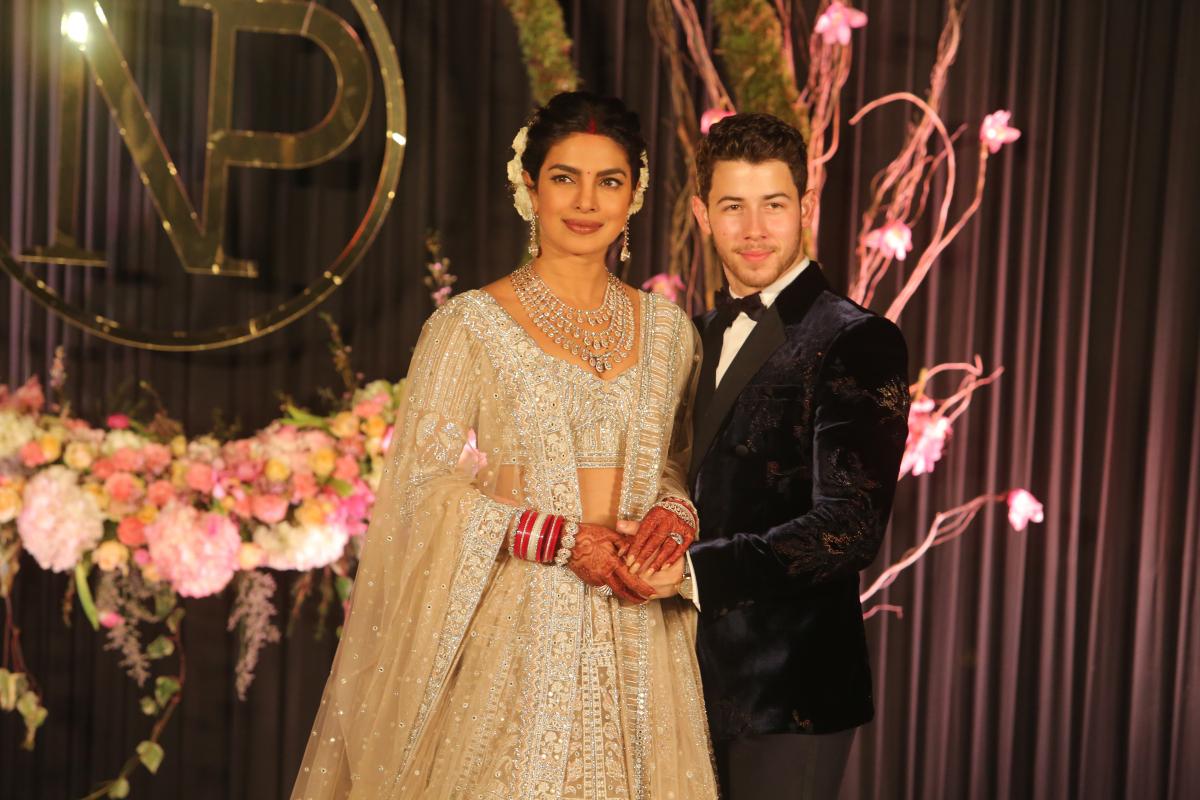 7月に交際2カ月でスピード婚約したプリヤンカー・チョープラー(36)とニック・ジョナス(26)。結婚式は12月にインドで、西洋式とインド式で2日間にわたって行われた。そのゴージャスさと元ミス・ワールドのプリヤンカーの美しさに、みんなうっとり。