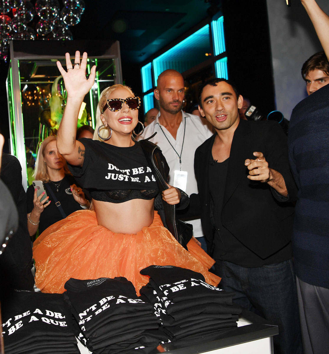 ⑦あの「肉ドレス」もラインアップ! ファン注目の衣装展にガガ本人も登場し、ファン大騒ぎ