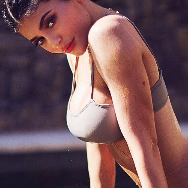 丸いヒップやキュッと引き締まったくびれ! カイリー・ジェンナーの水着スタイルが圧巻 - セレブリティスナップ | SPUR