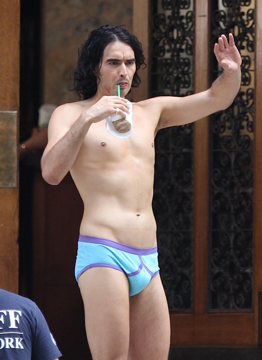 2010年7月にニューヨークのホテルの前に青いブリーフ一丁で立つ姿が捉えられたのは、ケイティ・ペリー(36)の元夫でイギリス出身のコメディアン、ラッセル・ブランド(45)。透き通るような白い肌とほどよく鍛えられた肉体は、細マッチョ好きにはたまらないコンビ!? 当時、ケイティと婚約中だったラッセルはロマコメ映画『ミスター・アーサー』の撮影中。ふたりは同年10月に結婚したが、2012年に離婚。2017年に再婚し、現在は2人の女の子の父親に。