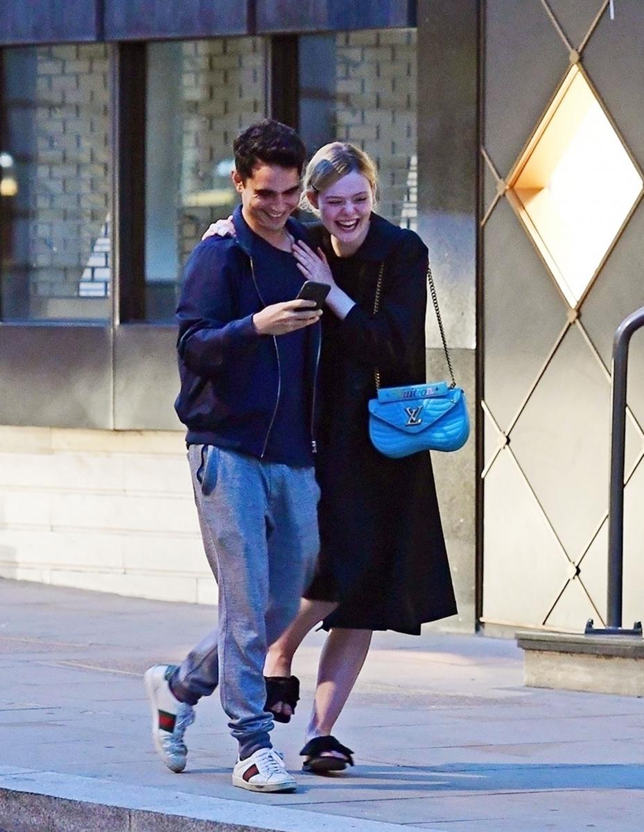 ロンドンの路上でイチャイチャしているところがキャッチされたのは、エル・ファニング(20)と俳優のマックス・ミンゲラ(33)。マックスの初監督作にエルが出演し、意気投合したもよう。キュートなカップルだけど、続報がないのがちょっと気がかり。