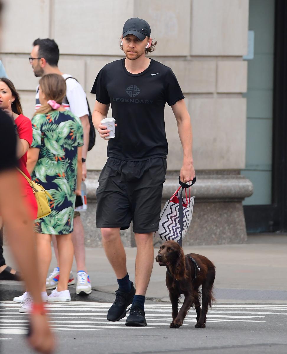 ④犬の散歩姿も様になる! ブロードウェイ出演のためニューヨーク滞在中のトム・ヒドルストンをキャッチ