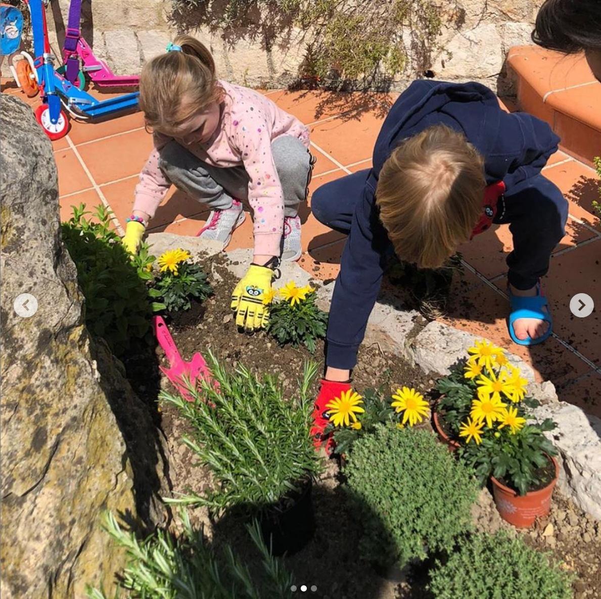 花壇に花の苗を植えるモナコのロイヤルキッズ。