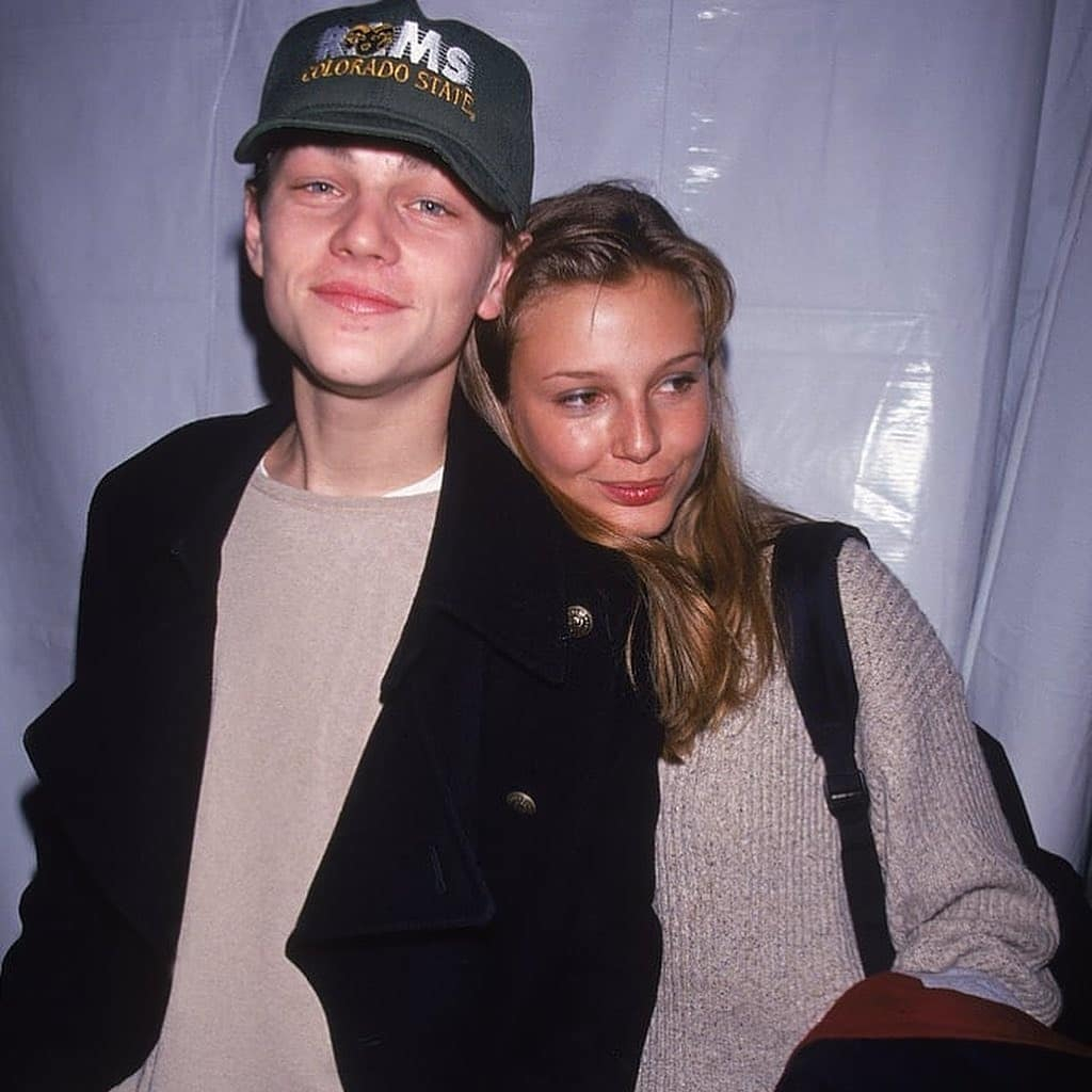 """レオ初めてのモデル恋人は、90年代に大活躍したスーパーモデルのひとり、ブリジット・ホール(41)。この写真が撮られたのは1994年でレオは20歳、ブリジットは17歳。ほどなく""""愛の夜""""にガッカリしたブリジットがレオを捨てたとのウワサ。この頃のレオはまだお子ちゃまだった?"""