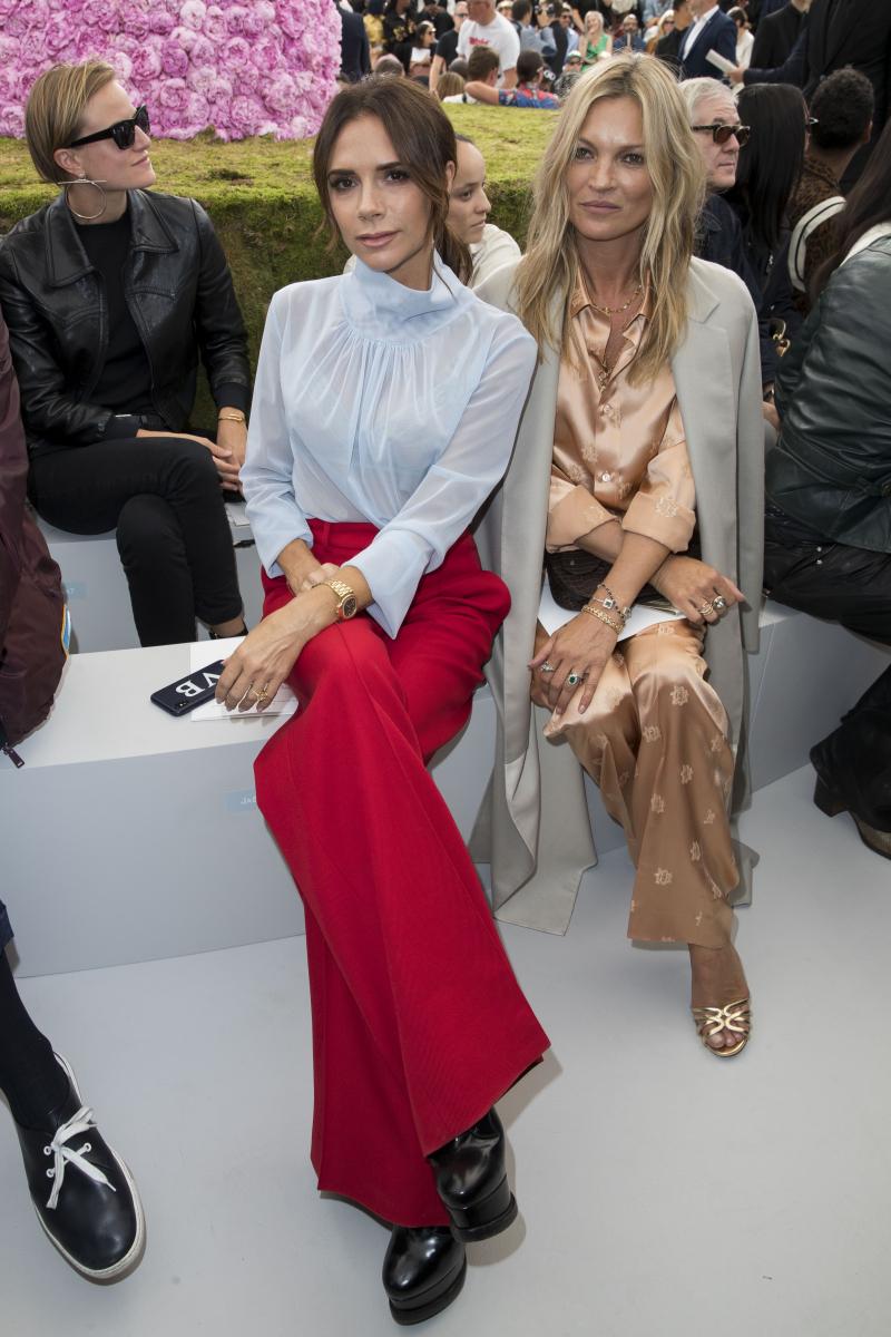 ファッションショーのフロントロウに並んで座るヴィクトリアとケイト。Photo:Best Image/アフロ