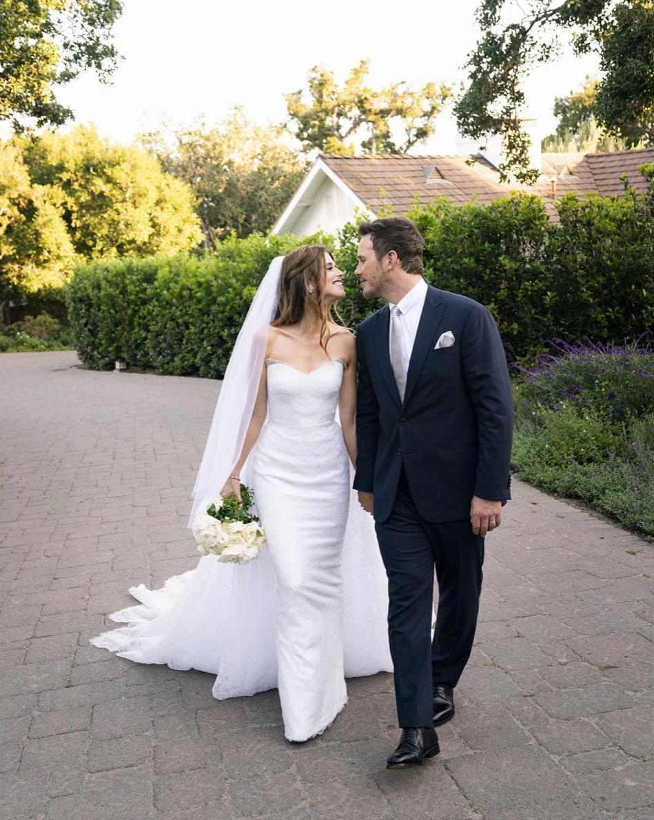 ウエディングドレス姿のキャサリン・シュワルツェネッガーとクリス・プラット。