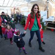 キャサリン妃がクリスマスカラーに身を包みツリー選び! エリザベス女王の長年のチャリティ活動を引き継ぐ