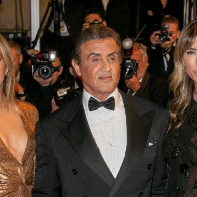シルヴェスター・スタローンご満悦! 美しい妻と娘に囲まれてレッドカーペットに登場 - セレブニュース | SPUR
