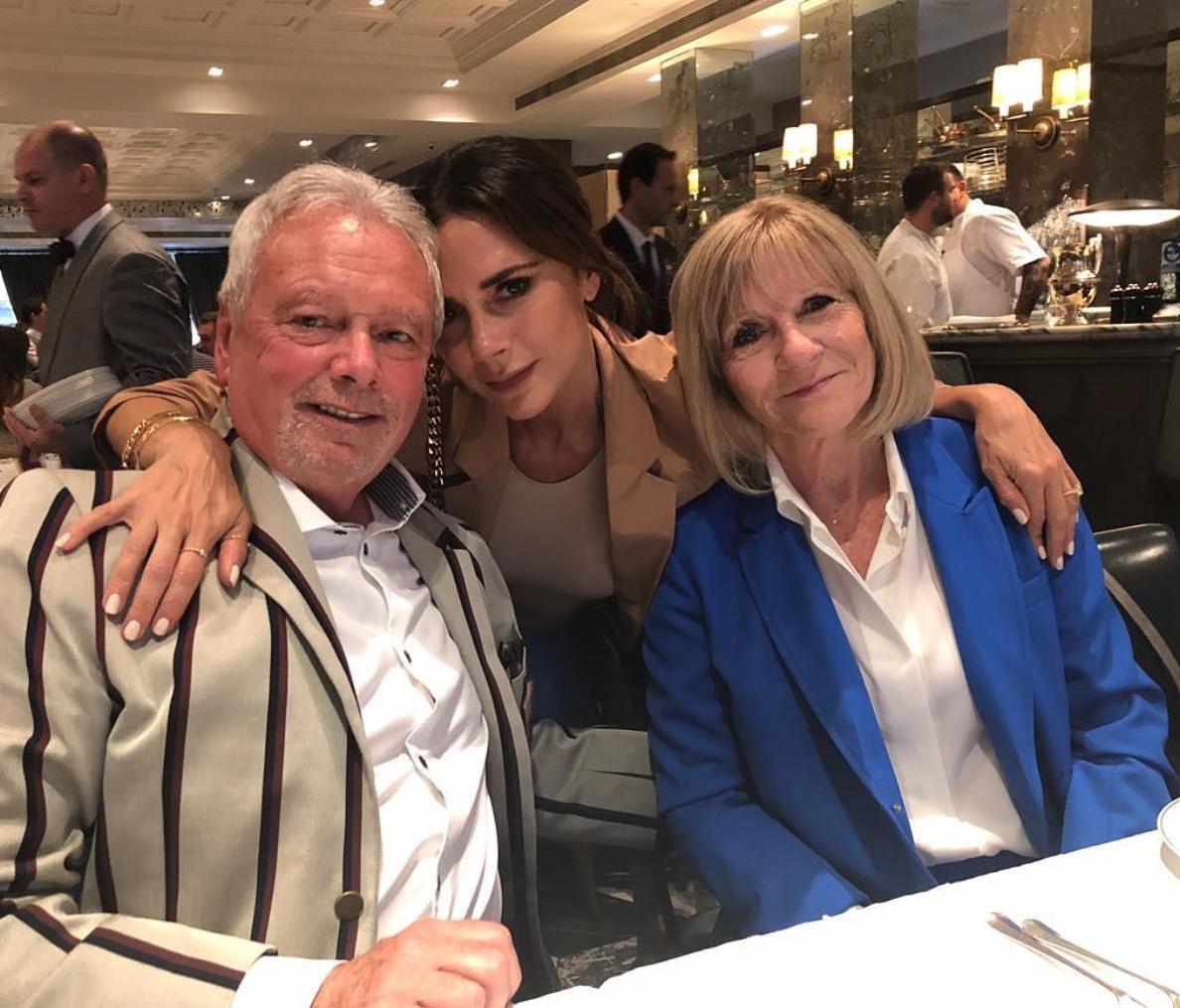 ヴィクトリアと両親。