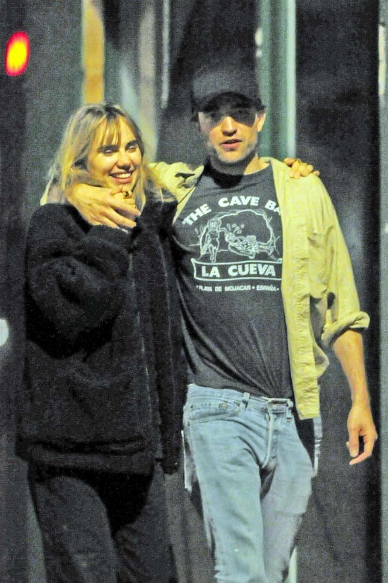 8月にロンドンで映画&クラブデートがキャッチされたロバート・パティンソン(32)とスキ・ウォーターハウス(26)。その数週間後に破局したと伝えられたが、どっこい今も付き合いは続行中! 10月31日にふたりがクラブに行くところが目撃されている。